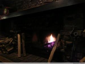 暖炉を眺めて夕食。